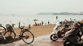 Parecchi motocicli stanno nel parcheggio sull'argine di Nha Trang vietnam video d archivio