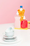 Parecchi piatti, spugne di una cucina e bottiglie di una plastica con il sapone liquido di lavatura dei piatti naturale in uso pe Immagine Stock Libera da Diritti