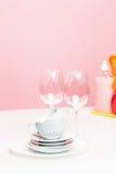Parecchi piatti, spugne di una cucina e bottiglie di una plastica con il sapone liquido di lavatura dei piatti naturale in uso pe Immagini Stock