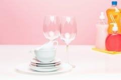 Parecchi piatti, spugne di una cucina e bottiglie di una plastica con il sapone liquido di lavatura dei piatti naturale in uso pe Fotografia Stock Libera da Diritti