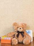 Parecchi regali sul pavimento Fotografia Stock Libera da Diritti