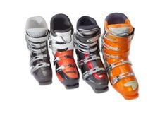 Parecchi scarponi da sci alpini su un fondo leggero Immagine Stock