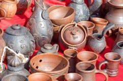 Parecchi tipi di vasi delle terraglie dell'argilla alla fiera Immagini Stock