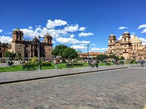 Parecchi turisti ammirano il punto di vista di Plaza de Armas in bello e Cusco antico, Perù fotografia stock