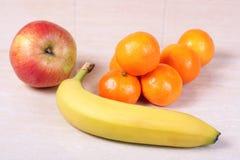 Parecchia frutta sulla tabella Fotografia Stock