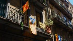 Parecchie bandiere catalane di indipendenza che appendono sul façade di parecchie costruzioni archivi video