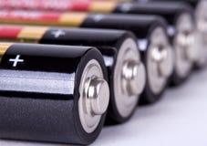 Parecchie batterie di aa nella vista del primo piano di prospettiva Immagine Stock Libera da Diritti