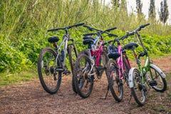 Parecchie biciclette parcheggiate su una strada non asfaltata Immagine Stock Libera da Diritti