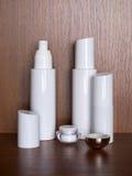 Parecchie bottiglie di bianco con il cosmetico Fotografie Stock
