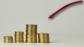 Parecchie colonne delle monete stock footage