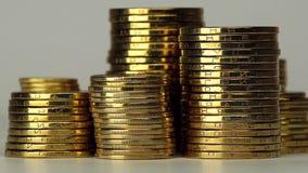 Parecchie colonne di filatura delle monete video d archivio