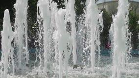 Parecchie correnti di acqua della fontana della città video d archivio