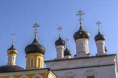 Parecchie cupole con gli incroci Il monastero ortodosso dell'ascensione di David abbandona La Russia immagini stock libere da diritti