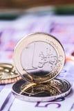Parecchie 500 euro banconote e monete sono adiacenti Foto simbolica per wealt Euro moneta che equilibra sulla pila con fondo del  Fotografie Stock Libere da Diritti