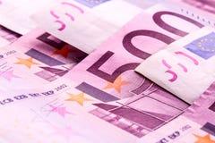 Parecchie 500 euro banconote sono adiacenti foto simbolica per ricchezza Fotografie Stock