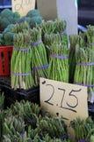 Parecchie lance di asparago fresco avvolte in elastici al mercato degli agricoltori Fotografia Stock