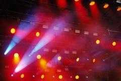 Parecchie luci rosse della fase nello scuro fotografie stock