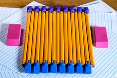 Parecchie matite nella direzione avversaria con le gomme di matita disposte Fotografia Stock Libera da Diritti