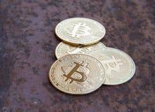 Parecchie monete del bitcoin su ferro arrugginito - immagine immagini stock libere da diritti
