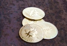 Parecchie monete del bitcoin su ferro arrugginito - immagine immagini stock