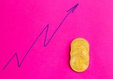 Parecchie monete del bitcoin sull'immagine di sfondo rosa immagini stock
