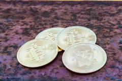 Parecchie monete del bitcoin sulla fine arrugginita del ferro - sull'immagine immagine stock