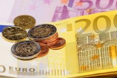 Parecchie monete dell'euro ed euro banconote Fotografie Stock