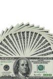 Parecchie 100 note dei soldi degli Stati Uniti $ si sono sparse fuori nella forma del fan Fotografie Stock
