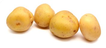 Parecchie patate fresche isolate su priorità bassa bianca immagini stock libere da diritti