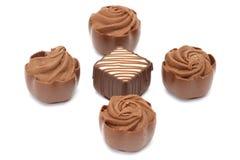 Parecchie praline del cioccolato su priorità bassa bianca Fotografie Stock
