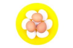 Parecchie uova bianche sopra le uova marroni in un giallo meravigliosamente Fotografie Stock Libere da Diritti