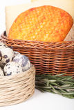 Parecchie varietà di formaggio in un canestro di vimini ed in una quaglia del canestro Fotografia Stock Libera da Diritti