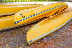 Parecchie vecchie canoe gialle Fotografie Stock Libere da Diritti