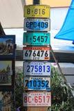 Parecchie vecchie targhe di immatricolazione dell'automobile disposte in un mercato nella vecchia città del Panama Fotografie Stock Libere da Diritti