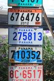 Parecchie vecchie targhe di immatricolazione dell'automobile disposte in un mercato nella vecchia città del Panama Fotografia Stock