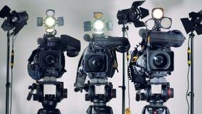 Parecchie videocamere con illuminazione hanno acceso fuori e stock footage