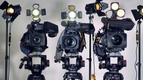 Parecchie videocamere installate sul treppiede pesante si dirige stock footage