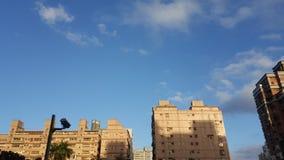 Parecchio appartamento e cielo blu Fotografia Stock