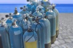 Parecchio equipaggiamento nautico dell'ossigeno sul bacino per lo sport d'immersione di esplorazione Fotografia Stock