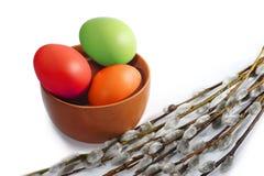 Parecchio vimine del salice e delle uova di Pasqua colorate fotografia stock libera da diritti
