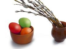 Parecchio vimine del salice e delle uova di Pasqua colorate immagini stock
