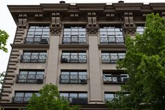 Parecchio Windows in una fila sulla facciata di vecchia costruzione Windows in una fila su una parete di marmo File di Windows su immagini stock