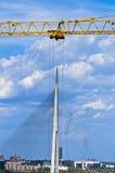 Parece esa grúa grande está quitando el puente de cable a otra ubicación en Belgrado imagenes de archivo
