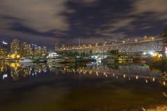 Paredão de False Creek da noite de Granville Bridge Marina Vancouver Downtown fotografia de stock royalty free