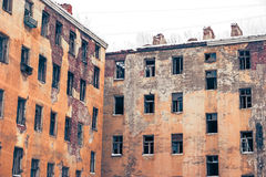 Pared abandonada vieja de los edificios con las ventanas vacías Imágenes de archivo libres de regalías