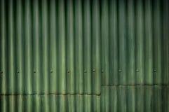 Pared acanalada del grunge multitono verde con el carácter Foto de archivo