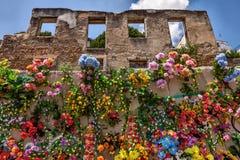 Pared adornada con las flores falsas Fotografía de archivo