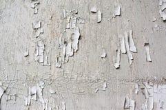 Pared agrietada blanca de la pintura, viejo fondo del grunge Foto de archivo libre de regalías