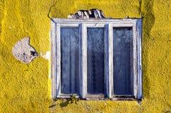 Pared agrietada de la casa y viejo marco de ventana Fotografía de archivo libre de regalías