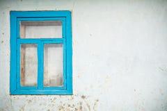 Pared agrietada vieja con la ventana Imagenes de archivo
